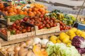 Řím, Itálie, 26 února 2010. Prodej ovoce a zeleniny na trhu město — Stock fotografie