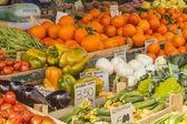 ローマ、イタリア、2010 年 2 月 26 日に。市の市場で野菜や果物の販売 — ストック写真