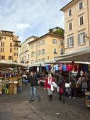 ローマ、イタリア、2010 年 2 月 25 日に。典型的な都市景観です。市の市場でバイヤー — ストック写真