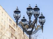 Pushkino, Russia, on January 4, 2011. Winter in the city. Boulevard. The lamp brought by snow — Foto de Stock