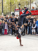 Paris, France, on May 1, 2013. Tourists see a performance of street acrobats on the Champs Elysée — 图库照片
