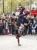 Paris, France, on May 1, 2013. Tourists see a performance of street acrobats on the Champs Elysée — Stock Photo