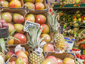 Paris, France, on May 4, 2013. Vegetables and fruit on a show-window of the typical market on the city street — Foto Stock