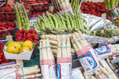 Paris, France, on May 4, 2013. Vegetables and fruit on a show-window of the typical market on the city street — Stock Photo
