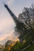 巴黎,法国,在 2011 年 3 月 27 日。与埃菲尔铁塔的城市景观。日落的时间。埃菲尔铁塔-巴黎最知名的景点之一 — 图库照片