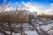 Pushkino, Russia, on January 3, 2015. A view of the city from a house window. Thaw in the winter — Stock Photo