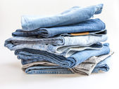 Stapel van jeans van verschillende tinten — Stockfoto