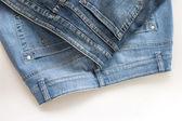 O jeans de vários tons em um contador — Fotografia Stock