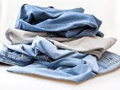 De jeans van verschillende tinten op een teller — Stockfoto