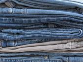 De jeans van verschillende tinten in een stapel — Stockfoto