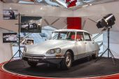 Paris, France, on March 26, 2011. The historical Citroen model in showroom of the firm Citroen shop in Paris on the Champs Elysee — Stock Photo