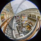 Moscow, Russia, on January 20, 2014. Complete circular fisheye view of the trading floor of GUM shop. The GUM is historical sight of Moscow and the recognized center of shopping — Foto Stock