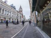 Moscow, Russia, on January 20, 2014. Pedestrian zone Nikolskaya Street of by fisheye view. Nikolskaya Street is historical sight of the center of Moscow and one of shopping streets — ストック写真