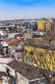 Istanbul, Turkije. 28 april 2011. Stad landschap. huizen aan de oever van de Bosporus straat — Stockfoto