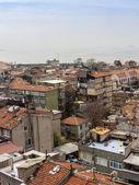 イスタンブール, トルコ.2011 年 4 月 28 日。ボスポラス海峡の銀行家のビュー。都市屋根. — ストック写真