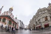 Moscow, Russia, on January 20, 2014. Pedestrian zone Nikolskaya Street of by fisheye view. Nikolskaya Street is historical sight of the center of Moscow and one of shopping streets — Foto Stock