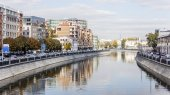 Moscow, Russia, on October 4, 2010. The river embankment Moscow and its reflection in water — Stockfoto