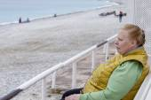 Nice, France, on March 14, 2015. The elderly tourist has a rest on the embankment — Stock Photo