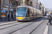 Nice, France, on March 13, 2015. The high-speed tram goes down the street Jean Madsen — Stockfoto