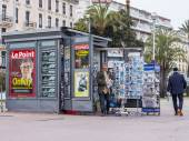 Nice, France, on March 14, 2015. A newsstand on the city street — Foto de Stock