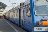 Pushkino, Russia, on April 12, 2015. A regional electric train near a platform — Stock Photo