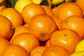 Fresh ripe oranges on a market counter — Stock Photo