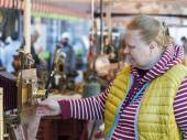 Nice, France, on March 9, 2015. Buyers consider vintage goods on a counter of a flea market on Cours Saleya Square. The Marche Du Cours Saleya market - one of the most known sights of Nice — 图库照片