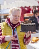 Nice, France, on March 9, 2015. Buyers consider vintage goods on a counter of a flea market on Cours Saleya Square. The Marche Du Cours Saleya market - one of the most known sights of Nice — Foto Stock