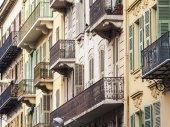 Nice, Francja, na 10 marca 2015. Architektura budynków typowe miasto w historycznej części miasta — Zdjęcie stockowe