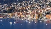 Vilfransh, França, em 10 de março de 2015. A vista superior no subúrbio de Nice. Aterro e a cidade velha — Fotografia Stock