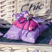 Nice, France, on March 9, 2015. Trade in souvenirs from Provence in the city market — Stock fotografie