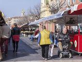 Nice, Frankrijk, op 11 maart 2015. Kopers in de markt kiezen groenten en fruit — Stockfoto
