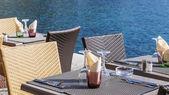 Vilfransh Sur Mer, Francia, il 10 marzo 2015. Tavolini di caffè estivo sull'argine. Vilfransh Sur Mer - sobborgo di Nizza, una delle località rinomate della Costa Azzurra — Foto Stock