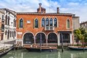 Wenecja, Włochy - na 29 kwietnia 2015 roku. Łodzie na kanale weneckim ulicy typowe — Zdjęcie stockowe