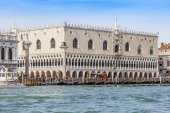 VENICE, ITALY - on APRIL 29, 2015. A view of Doge's Palace (Palazzo Ducale) from the Venetian lagoon — Fotografia Stock