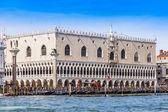 Venedig, Italien - den 29 April 2015. Utsikt över Dogepalatset (Palazzo Ducale) från den venetianska lagunen — Stockfoto