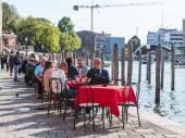 Venedig, Italien - am 29. April 2015. Menschen haben eine Pause und Essen im Sommercafé am Ufer des Grand Kanal (Canal Grande). — Stockfoto