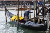 Venezia, Italia - il 30 aprile 2015. Vista urbana tipica. La costa del canale Grand (Canal Grande), la casa sulla costa e gondole. Il gran canale è l'arteria principale di trasporto di Venezia e il suo più noto canale — Foto Stock