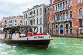 VENICE, ITALY - on APRIL 29, 2015. Vaporetto with passengers floats on the Grand channel (Canal Grande). Vaporetto - public transport in island part of Venice — Stockfoto