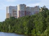 PUSHKINO, RUSSIA - on JUNE 1, 2015. City landscape in the sunny summer day — Stock fotografie