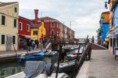 Venetië, Italië, op 30 April 2015. Burano eiland, multi-gekleurde huizen van de lokale bevolking. Burano het eiland - een van aantrekkelijke toeristische objecten in de Venetiaanse lagune — Stockfoto