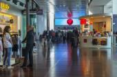 Venise, Italie, le 5 mai 2015. Aéroport de Marco polo, hall des départs. les passagers s'attendre l'annonce du début d'un embarquement dans l'avion — Photo