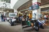Venedig, Italien, am 5. Mai 2015. Marcopolo Flughafen Abfertigungshalle. Passagiere erwarten die Ankündigung des Beginns einer einsteigen in das Flugzeug — Stockfoto