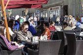 Moskau, am 12. April 2015. Fußgängerzone Straße Nikolskaja. Sommercafé open-air — Stockfoto