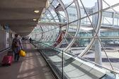 Paris, Frankrike - den 5 maj 2015. den internationella flygplatsen charles de gaulle, galleriet med en panoramautsikt över glasrutor, passera till hall of en ankomst — Stockfoto