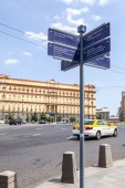 MOSCOW, RUSSIA - on APRIL 12, 2015. Direction signs to sights on the city street — Stockfoto