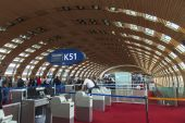PARIS, FRANCE - on MAY 5, 2015. The international airport Charles de Gaulle, gallery with a panoramic glazing, pass to the hall of an arrival — Stock Photo