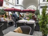 MOSCOW, RUSSIA, on June 24, 2015. Pyatnitskaya Street, cafe open-air. Pyatnitskaya Street is historical sight of the center of Moscow and one of shopping streets — Stok fotoğraf