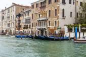 Venice, Italië - op 3 mei 2015. Stad landschap vroeg in de ochtend. Gondels zijn afgemeerd aan de kust van het Grand kanaal (Canal Grande). — Stockfoto