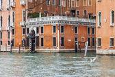 Venedig, Italien - den 3 maj 2015. Stadslandskapet. Gamla byggnader iland grandee Canala (Canal Grande). — Stockfoto